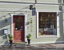 位于Vaxholm的中心的一个老木大厦的小迷人的商店,商店为复活节庆祝装饰 免版税库存图片