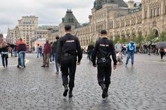 2位俄国警察在红场,巡逻城市街道在莫斯科 执法,执法概念 免版税库存照片