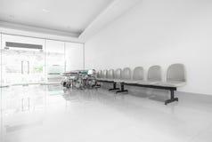 位子和轮椅在医院走廊 图库摄影