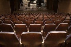 位子和阶段在空的剧院 免版税图库摄影