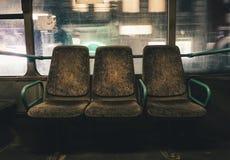 位子在一辆空的夜班车上在城市 免版税图库摄影