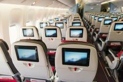 位子在船上飞机 与屏幕的经济舱 免版税库存图片