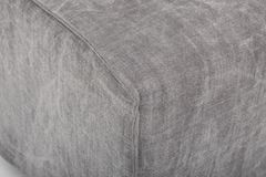 位子舒适皮革沙发,2在浅灰色的织品的seater现代沙发,2位子沙发,羽毛坐垫沙发,-图象 免版税库存图片