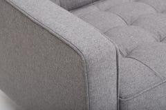 位子舒适皮革沙发,2在浅灰色的织品的seater现代沙发,2位子沙发,羽毛坐垫沙发,-图象 免版税库存照片