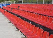 位子蓝色,红色,白色行在体育场的 免版税库存照片