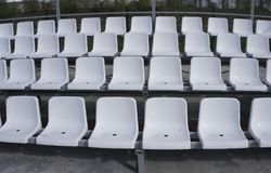 位子蓝色,红色,白色行在体育场的 免版税库存图片