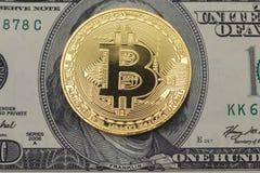 位硬币在正面一百元钞票放置 库存图片