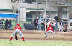 位置的棒球运动员 免版税库存图片