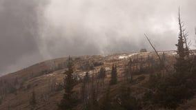 低云漂移在布赖恩头峰顶山顶在南犹他在一冷的10月天 库存照片