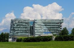 低亚硫酸钠Alpe阿德里亚的总部开户 在金属和玻璃的现代建筑学大厦 免版税库存图片