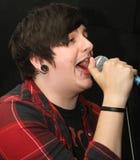低劣的歌唱家年轻人 库存照片