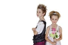 低劣的男孩画象有拿着在白色背景的女傧相的花花束 免版税库存照片