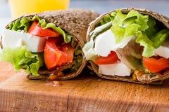 低卡路里食物套用乳酪、蕃茄、沙拉和橙汁 库存照片