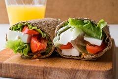低卡路里食物套用乳酪、蕃茄、沙拉和橙汁 免版税图库摄影