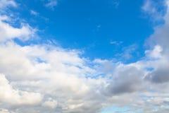 低在蓝天的灰色和白色云彩 免版税库存图片