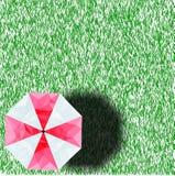 低多伞 站立在与伞和阴影的草 免版税图库摄影