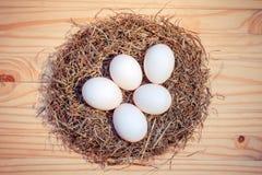 低头在巢的鸡蛋在木,顶视图 免版税库存照片
