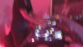 低帧率射击了音乐会执行在夜总会的人群跳舞和dj 股票录像