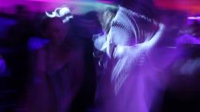 低帧率跳舞射击了的人获得乐趣在夜总会 少年人群 股票视频