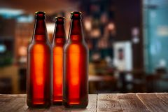 低度黄啤酒冷淡的buttles  库存照片
