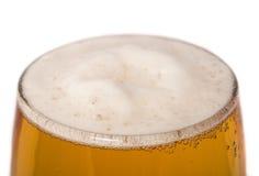低度黄啤酒关闭玻璃  库存照片