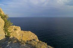 低晚上太阳点燃的陡峭的海岸 免版税图库摄影