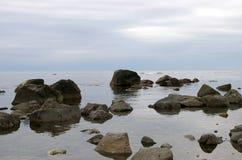 低海运的石浪潮 免版税图库摄影