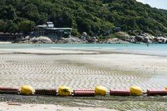 低游泳的区域的潮海滩bouy线 免版税图库摄影