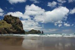 低潮中Piha的海滩 免版税库存图片