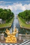 更低的庭院喷泉,海运河在Peterhof,圣皮特 图库摄影