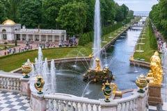 更低的庭院,运河,喷泉森山喷泉在Peterhof 免版税库存图片