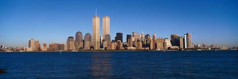 更低的曼哈顿和哈得逊河,纽约地平线,与世界贸易的NY全景耸立在日落 库存照片