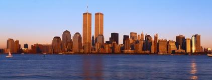 更低的曼哈顿和哈得逊河,纽约地平线,与世界贸易的NY全景耸立在日落 免版税库存图片