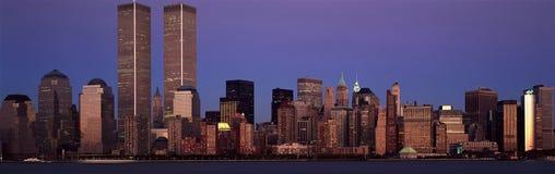 更低的曼哈顿和纽约地平线,与世界贸易的NY全景耸立在日落 免版税库存照片