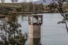 更低的Otay水库的入口塔在Chula比斯塔,加利福尼亚 图库摄影