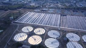 低空在污水处理厂的寄生虫飞行 股票视频