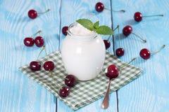 低脂肪酸奶用樱桃 免版税库存照片