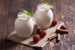 低脂肪酸奶用草莓 免版税库存照片