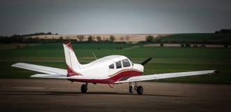低落飞过的私人飞机 免版税库存图片