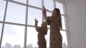 低角度实践瑜伽的射击了两个少妇 股票视频