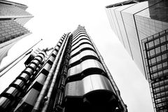 低角度射击了现代玻璃城市大厦 免版税库存图片