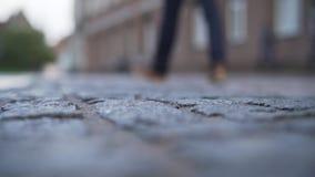 低角度老路面特写镜头背景在有被弄脏的人走的塔林 库存图片