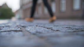 低角度老路面特写镜头背景在有被弄脏的人走的塔林 库存照片