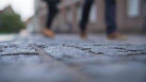 低角度老路面特写镜头背景在有被弄脏的人走的塔林 免版税库存图片
