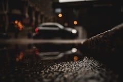低角度被射击有反射的一辆汽车在水水坑  免版税库存图片