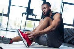 低角度观点的年轻非裔美国人的运动员 免版税库存图片