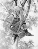 低角度观点的男孩坐树(所有人被描述不更长生存,并且庄园不存在 供应商保单 库存照片