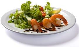 沙拉用在白色板材供食的虾 免版税库存照片