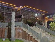 从低角度视图(夜视图的大厦( 免版税库存图片