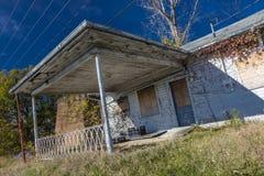 低角度视图离开的加油站和房子,农村弗吉尼亚, 2016年10月26日 库存照片